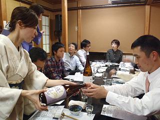 福山さん自ら酒の説明をして、更に全員に注いで回ります。大忙し。注がれる方は楽しい。