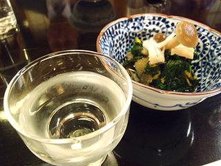 小鉢の菊のおひたしと子持ちわかめ。ほまれ純米吟醸と。