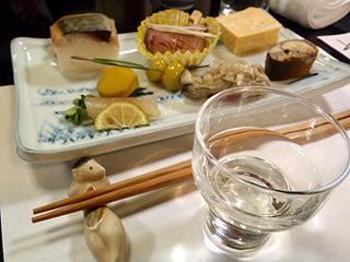 だし巻き玉子や昆布締め、合鴨甘煮など。出てくる酒との相性は酒リストでチェック。
