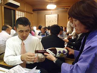 蔵人自ら注いで回ります。蔵の話も直接聞ける。ちないみに、酒とは全く関係ないが藤田さんは独身で福山雅治ファンだそうだ。