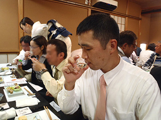 参加者が飲んでいる間、会場内を動き続ける福山さん。昔は一度に1升ぐらい飲めたそうだ。最近はすぐ眠くなるとか。私も同じです。