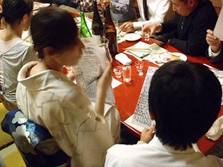 各自の酒の感想が書かれた用紙を集める福山さん。イベント終了まで動き続けていた。