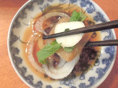 玉ねぎのスライスや大葉、にんにくのスライスと一緒にポン酢と食べる