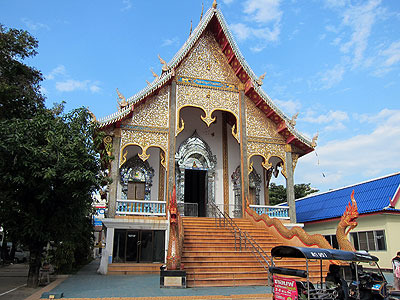 ホテルの近所にあった寺。3~4キロくらい走ると横断できてしまう小さな街なのに、こういう寺が100以上ある