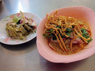 お昼に食べたチェンマイ名物カオソーイ。カレー味の麺料理で、ゆで麺と硬い揚げ麺が両方入ってる。もちろんうまい