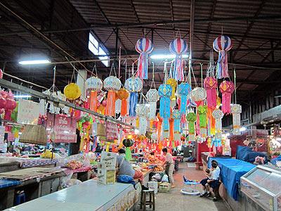 市場ではロイカートンで飾るちょうちんの大売り出し