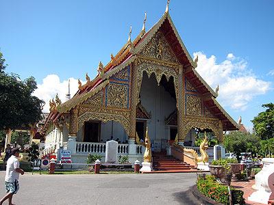 ワット・プラ・シンという寺院に行った。ガイドブックによると、市内で一番格式が高いとされる寺院。