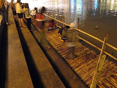 川に降りるとクラトンを流すための足場が用意されている。