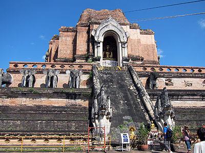 ワット・チェディ・ルアンという寺院にある古い仏塔。でかい!