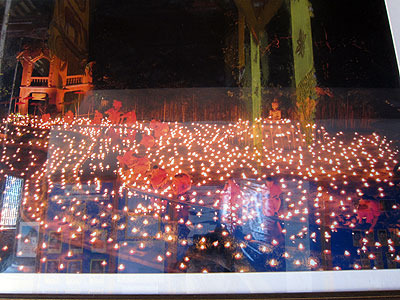 その隣にあるワット・パンタオという寺院には、過去のロイカートン祭りの写真が。すごくきれいなんだけど、残念ながら今年はこのキャンドルサービス(?)は中止だそうです