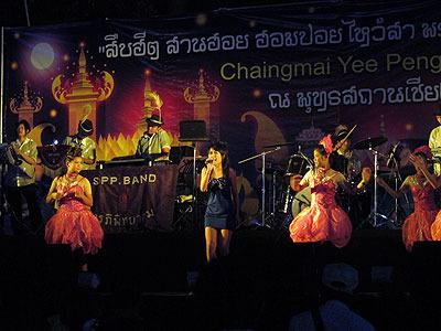 特設ステージではタイの田舎歌謡のライブも。ほんとダサくてグルーヴィーで最高でした