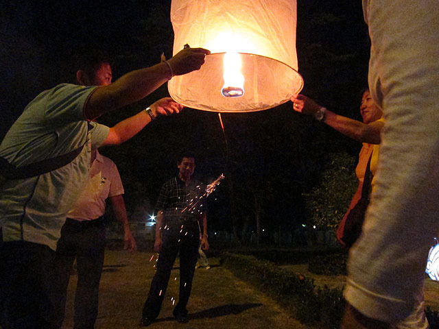 しばらくすると熱気球の要領でコムローイがどんどんふくらんでいく。タイミングを見計らって「(タイ語で)せーの、」で手を放すと…
