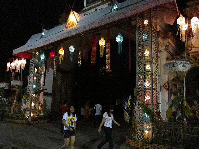 市場で売ってたランタンは、こんなふうにお寺や家の門に飾り付ける
