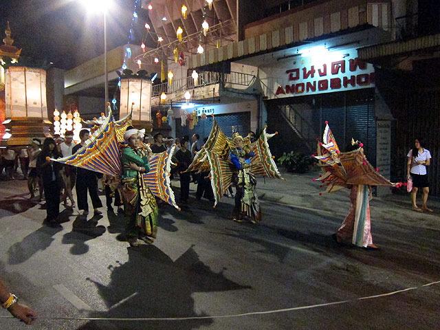 このミノカサゴみたいな衣装は北タイの伝統舞踊だそう