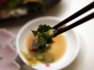 サンマの刺身にナンプラーとパクチー。うん、タイだわ、ここ。