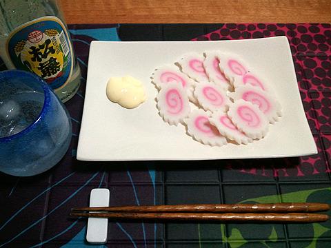 琉球泡盛と一緒だと、この派手な色合いが沖縄の伝統食品のように見えてくる。