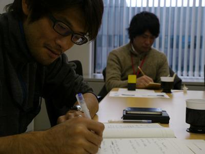 議事録をまとめていた安藤さんはこの日手書きだった。なるほど、古典的であるほど保存性は高い。