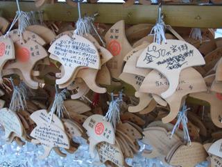 大量にかかっている絵馬には大概「金」「LOTO」「宝くじ」といった文字が書かれている