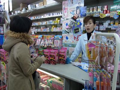 カイロを買いに入ったついでに薬局屋さんに聞く。こちらの女性が凄く面白かった。イメージは女優の松井一代。