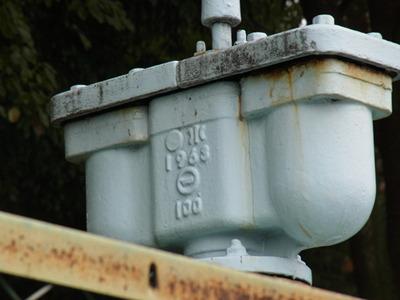 水道管には「1963」の文字があった
