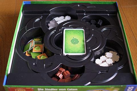 ボードの下にはカードと、駒、チップ等。