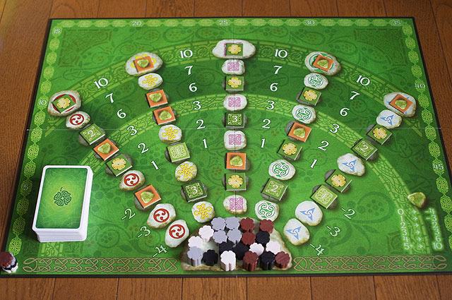 カードを1枚出すたびに手前にうじゃっとあるコマを1マス進めていくゲーム。