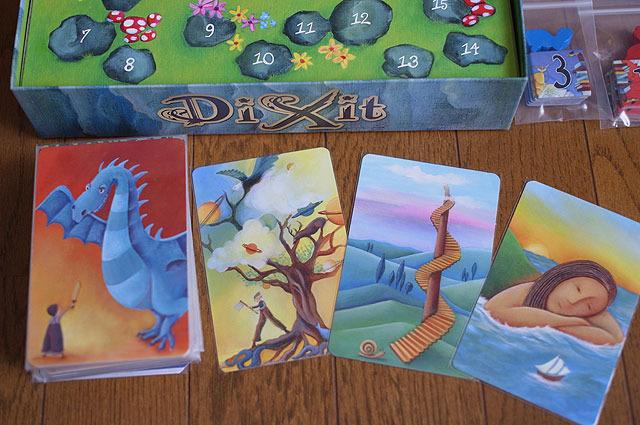 印象的な絵のカードが84枚入っている。
