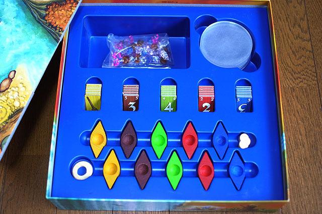 開けるとまずボードが入っており、その下にコマ類というおきまりのパターン。