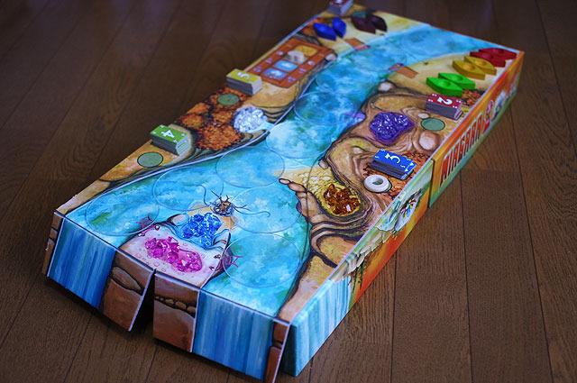 """箱を2個並べ、その上にボードを置くことで""""滝""""を表現。"""