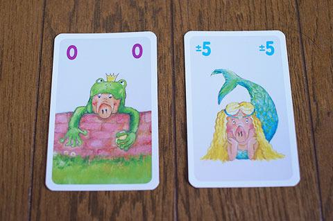 5はプラスにもマイナスにも使える。0は足した合計を0にするカード。こういったカードのおかげで意外と10を越えずに場にカードが貯まる。