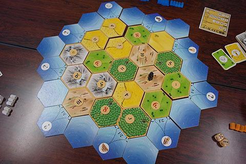 タイルを組み合わせて島を形成。配置がやるたびに変わるので新鮮な気持ちでプレイできる。