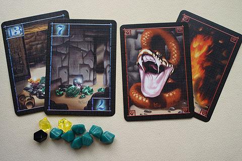 お宝カード(左)と危険カード(右)。