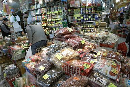 見どころ満載、アジア食材のお店。ここにあるものを紹介するだけでずっと記事が書けそうな量。