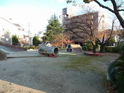 誰もいない、夕暮れ時の小さな公園。揚げパンを食べるのに適した環境であると判断した。