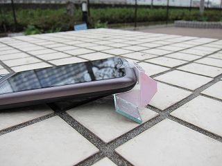 あと地面に携帯を置くときにカメラのレンズを擦らないというメリットもある