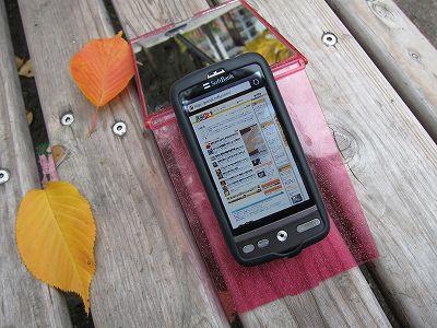 メリットはそれだけではない。携帯を置くとき斜めの角度になるため、見やすくて便利である。