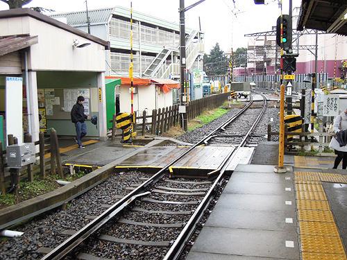 遮断機が降りているとすぐそこに到着している電車に乗れないもどかしさを味わえるタイプの構造
