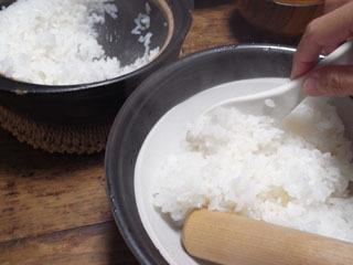 炊きたてごはんを、すり鉢へ移し、