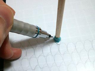 その大きさのプラ米を型にして、裁断線をポンポンと下書き。小さくてやりにくいので小さいトリモチの先にプラ米型を装着。