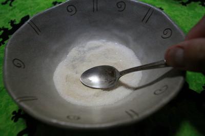 スプーン2~3杯のグラニュー糖と混ぜ合わせる