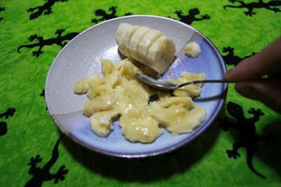 テキトウに切ったバナナをぐりぐり潰して――