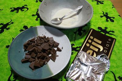 板チョコ半分を砕いて溶かす