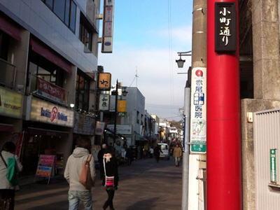 鎌倉駅前の小町通り。土産物店がならぶ