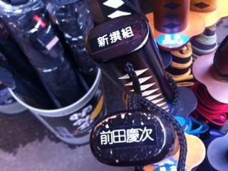 特に人気があるのは新選組、真田幸村、伊達正宗など。一方、数年前の大河ドラマで脚光を浴びた前田慶次だが現在は今一つの売れ行き