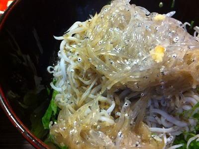 ちなみに鎌倉名物のシラス丼もうまい。名物にうまいものなしというけれど、違う。うまいから名物になったのだ