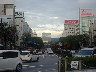 姫路駅の正面にあるアレが姫路城。駅の近くによく城なんて作ったなと思ったが、駅の方が後からできたんですね。