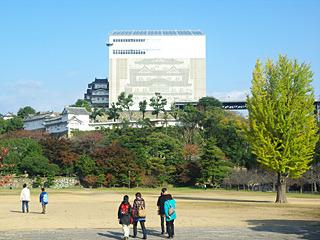 濠を越えて、姫路城の敷地に入ってもまだあんなに城が遠い。そしてでかい。