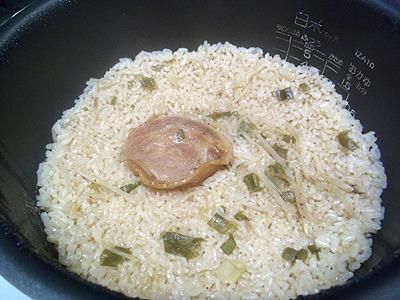 香りはラーメン。見た目は炊き込みご飯というより、テカリがあって中華チマキ風。