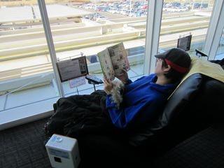 閲覧コーナーの「るるぶ」を読みながら、100円マッサージ椅子でもまれる私。至福。