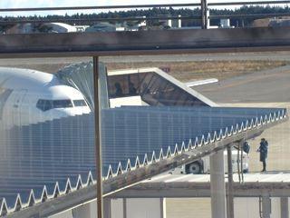 搭乗橋がないので、乗客は、歩いていきます